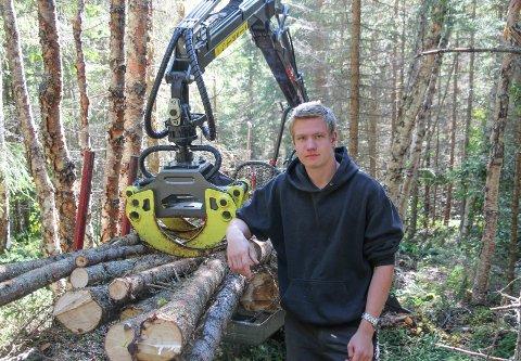 Mats Reidar Tjolmen med ny lastbærer i skogen