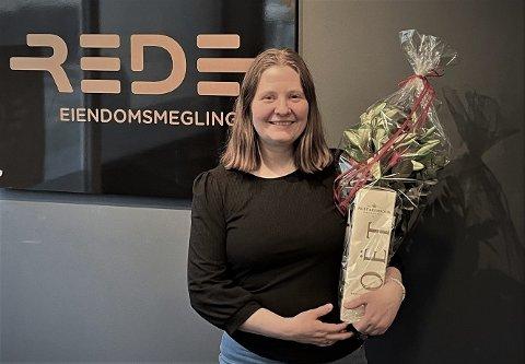 Stina Hermansen ble kåret til 'Årets medarbeider' i REDE Eiendomsmegling. Det ble hun svært glad for.