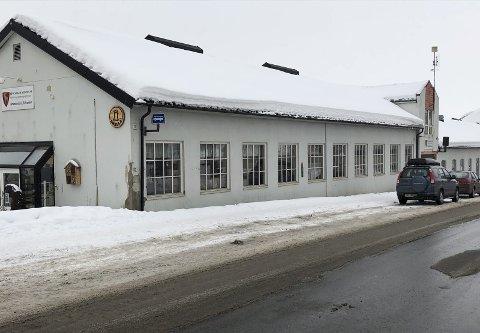 Riving eller bevaring: Det gamle Hymas-bygget i sentrum, som i dag rommer kommunens A/O-senter, er i spill når det nå utarbeides ny regulering av kvartalet Nygata/Øverbakkvegen.