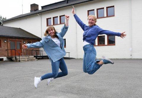 Jubel: Katrine Hagen (t.v.) og Synne Nes Hagen går ut av Brumunddal ungdomsskole med bare seksere. Dermed  er det lov å slippe jubelen løs.