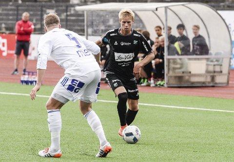 Kelner: Jeppe Laursen forsøkte seg i rollen som kelner for HBKs målfarlige spillere mot Gjøvik-Lyn. I fortsettelsen håper han å servere mange målgivende.