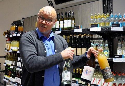 PÅ FLYTTEFOT: Terje Hæhre-Pedersen, butikksjef hos Vinmonopolet, er på vei ut fra Sentrumskvartalet.