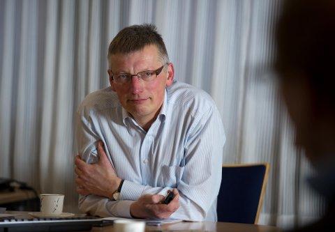 STÅR FJELLSTØTT I STORMEN: Administrerende banksjef i Sparebank1 Ringerike Hadeland, Steinar Haugli, er svært bekymret for framtidsutsiktene til det lokale næringslivet, og forteller at banken nå gjør alt de kan for å hjelpe sine kunder gjennom krisen. Det samme gjør banken på den andre siden av torget; Hønefoss Sparebank.