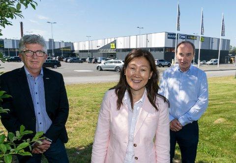 HANDELSMAGNET: Butikkene på Hvervenmoen vil til sammen omsette for mer enn 800 millioner kroner i år. Paal Haakensen (fra venstre), Jane K. Gravbråten og Aage Thoresen i Aka er fornøyd med utviklingen.