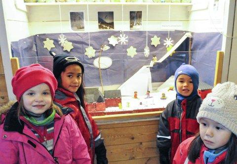 Midt i bakken: Har du glemt Ingolfslandbakken, kan du se denne modellen i Skibakkesletta.  Barnehagebarna har god peil på nærhistorien. F.v: Thea Sofie T. Skaret, Mikaela C. Torres, og Niklas Toreid og Selma Veåsen.
