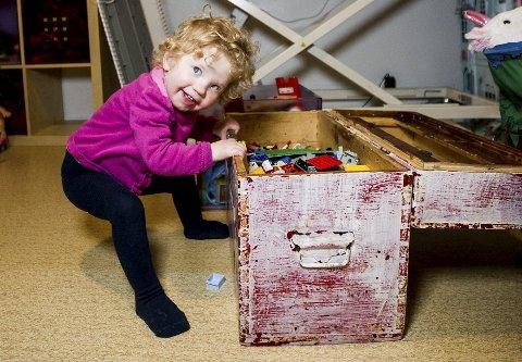 Rosa Jona Valsson  3 1/2 år tar tak i lekekassa og reiser seg og går noen skritt. Hun elsker å leke med søsknene sine, og spille keyboard sammen med pappa Hagbardur.  Alle foto:  Tom Gustavsen