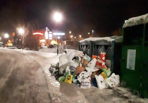 MYE SØPPEL: Returpunktet ved Mattias Skytters vei i Nittedal er ett av stedene hvor det har hopet seg opp en mengde søppel. Langt ifra alt som ligger på bakken er glass- og metallemballasje.
