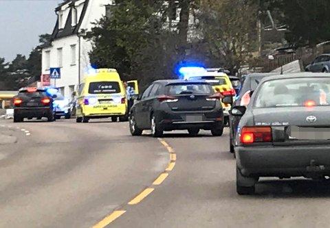 SKJOLD OG VÅPEN: Politiet i Strømmen sentrum torsdag kveld. FOTO: RB-TIPSER