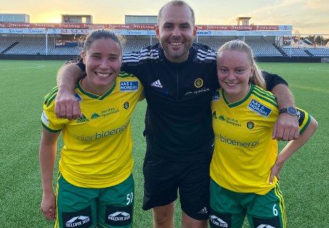 GLAD GJENG: Trener Jan Åge Sandviken og målscorerne Naomi Griffin (t.v) og Åste Sundby var bare store smil etter seieren i Sarpsborg.