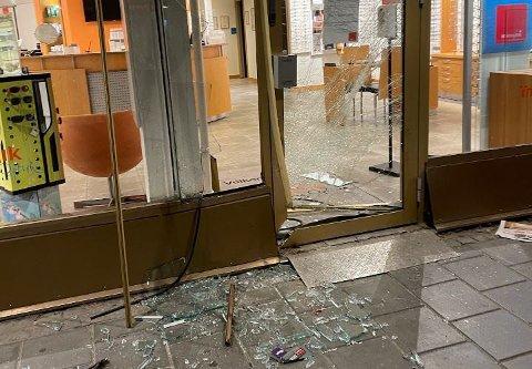 DØRA ØDELAGT: Slik så døra ut etter at en eller flere tyver hadde kjørt den ned. Foto: Jila Nematollahi