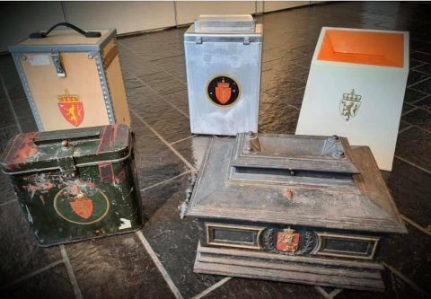 UTSTILLING: Gjerdrum kommune har rigget til en egen utstilling av gamle urner i anledning valget. Den eldste er fra 1885.