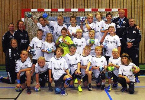 ØKENDE INTERESSE: Graabeins G9- og G11-lag i guttehåndball trener sammen, og her er de sammen med et knippe trenere. ALLE FOTO: PER D. ZARING