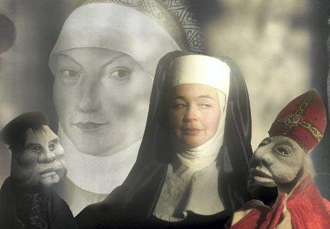 FIGURTEATER: Cecilia Schilling spiller hovedrollen som nonnen Katharina von Bora i kirkespillet Katharinas stemmer i Hurum kirke torsdag kveld. Foto: Kattas Figurteater ensemble