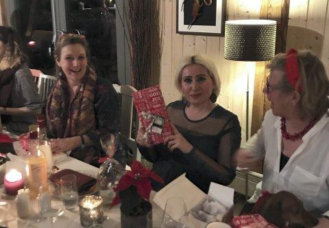 LATTER OG SMIL: Det ble til slutt 25 mennesker rundt julebordet på Grønsand Gjestegård. Her representert fra venstre: Liv Anne, Basma og Hanne.