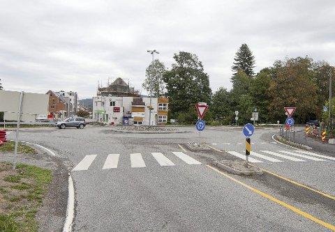 UTSATT: Elevene ved Sære skole får ny skolevei først fra fredag morgen på grunn av gravearbeider ved rundkjøringen i Sætre sentrum.