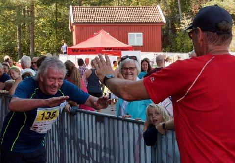 TAKK: Rolf Mulen Karlsen bøyer seg i støvet etter å ha tapt for RHAs Svein Ove Isaksen i Røykenmila.