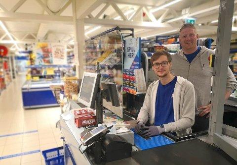GODE RUTINER: Kjøpmann Jon Anders Wenggaard (t.h) og Håvard Røed (21) tar smttevern på alvor og er godt forberedt om det skulle komme en ny bølge.