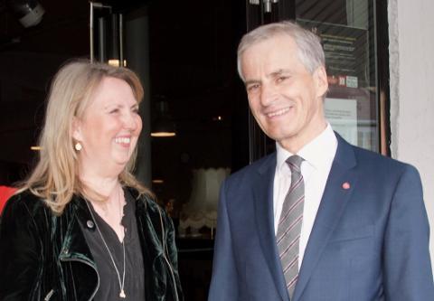 SMILER: Ap kan smile av gallupene om dagen. Her er Ap-leder Jonas Gahr Støre sammen med Marianne Riis Rasmussen i Asker Ap under et seminar i Sekkefabrikken i 2018.