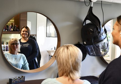 Utvider: Kari Lene Benterud må utvide for å møte kundenes etterspørsel. Hun har fått med seg Hilde Erlandsen i frisørsalongen på Sandetun. Foto: Hege Frostad Dahle