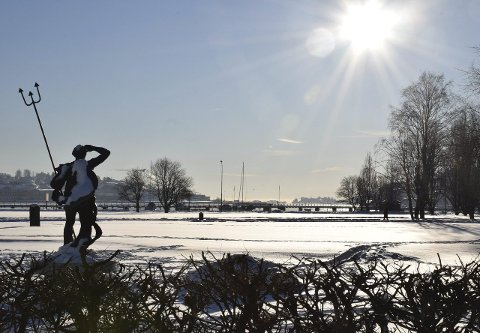 Speider etter våren: Kong Neptun speider etter våren i Badeparken. Han kan vente seg mildere vær den kommende uka. Deretter vil februar by på fortsatt vinterlig vær, med under null grader. Foto: Morten Fredheim Solberg