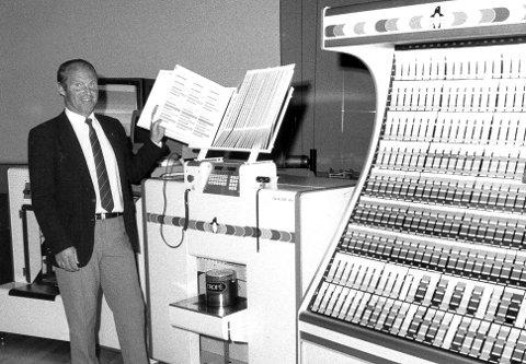 Arne Langnes i 1986, med den nye Multicolor Farveblandings- maskinen til Jotun.
