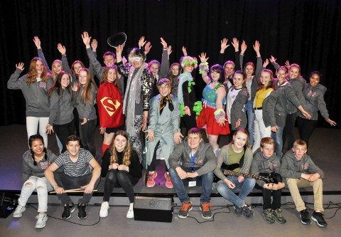 INNTAR SCENEN: Smilene er på plass og aktørene i årets BUGS-revy på Bugården ungdomsskole gleder seg til de fem «Byen vår»-forestillingene i neste uke. FOTO: BJØRN  TORE BRØSKE