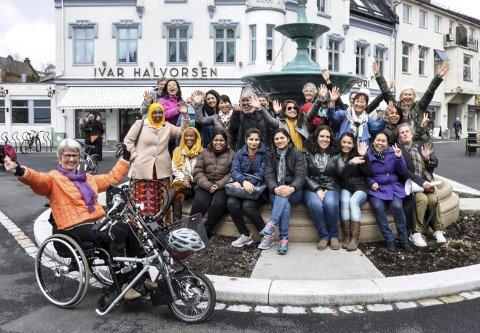 GOD STEMNING: Det er en humørfylt gjeng som møtes hver onsdag til kvinnekafeen, som Fjorden Sanitetsforening står bak. FOTO: BJØRN TORE BRØSKE