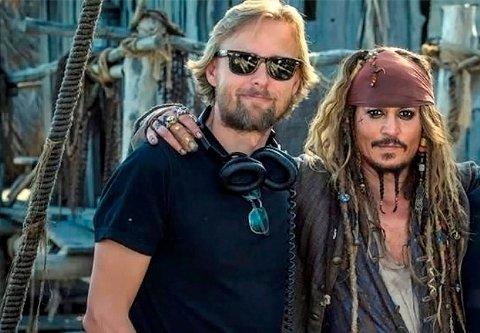 JOBBER MED STJERNENE: Joachim Rønning (t.v.), her sammen med Johnny Depp under innspillingen av den femte «Pirates of the Caribbean»-filmen, er nå høyaktuell som regissør for Angelina Jolies nye film.