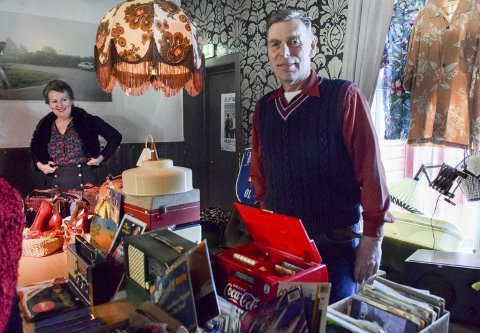 PAR I RETRO: Ekteparet Tove og Arild Strand solgte alt fra kofferter, radioer, vesker og kjoler. Mandag melder Kurbadhagen at dette må gjentas: – Vi kommer tilbake med neste dato snart.