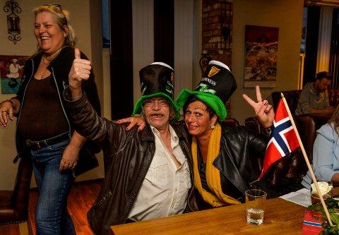 FOR ALLE: Anton Berland og Tone Mette Horsgaard fant tonen under ESC-festen. Tone forteller at hun er veldig sjelden på Kjellærn, men er åpen for alle mennesker. Anton er innflytter og kom til byen for to dager siden. Til venstre i bildet er det barsjef Mai Britt Rove som smyger seg forbi.