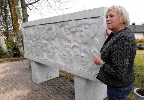 KUNSTNEREN: Ingunn Brattli Moen brukte fire år på å lage marmor-skulpturen «Sarkofagen».