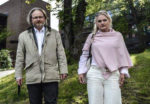 MØTE OM OPPSIGELSEN: Advokat René Ibsen og kommuneadvokat Miriam Schei etter møtet med rådmannen og hans juridiske rådgivere om oppsigelsen.