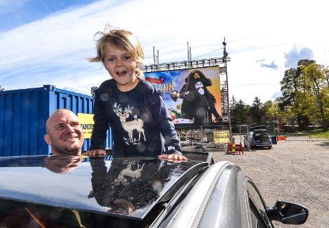 Tyra (3) var på utekino i Bugården med pappa Morten Kværne (34) og mamma Lill-Iren Gustavsen (29).