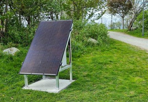 Dette solcellepanelet dukket plutselig opp i parken like ved Sørbø skole.
