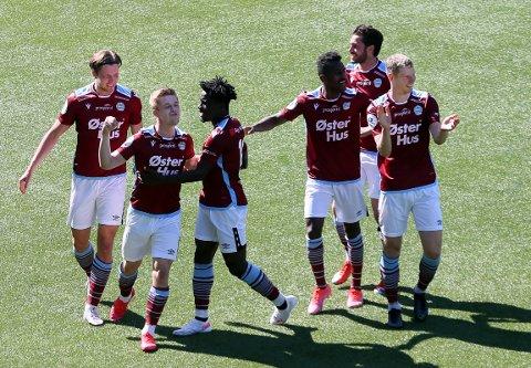 Mathias Bringaker jubler etter 1–0 sammen med lagkameratene.