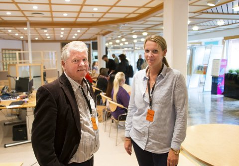 Skryter av tempoet: Ifølge Håkon Paulsen, leder av stemmestyret for Gamle Sarpsborg, går avkryssingen fem til ti ganger raskere. Her med kretsansvarlig Henriette G. Brostrøm. Alle bilder: Vetle Halvorsen