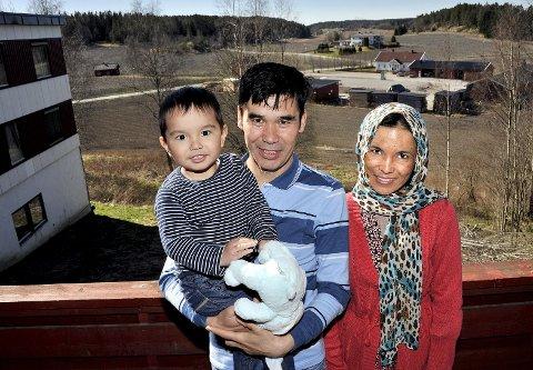 TRIVES: Den afghanske familien bestående av lille Homan (2), mamma Najiba og pappa Hamid trives på den ordinære asylmottaket på Kolstad. Der skal de være mens asylsøknaden deres behandles. foto: jarl morten andersen