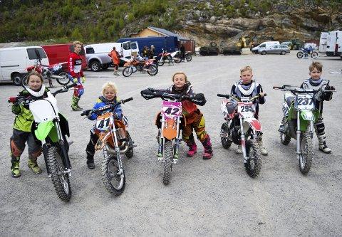 Motocross appellerer også til unge jenter og gutter. Her ser vi noen av de aller yngste medlemmene i Borg MC-klubb. Fra venstre: Adele Sofie Ramdahl (9), Romeo Elias Hovind (5), Rosalita Eline Hovind (7), Kristian Westli (7) og Daniel Espelid (8). (Foto: Kjetil A. Berg)