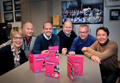 Unni Skaar (fra venstre), Svein Halvorsen, Sindre Martinsen-Evje, Erik Martinsen, Øyvind Frydenlund og Henrik Eurenius samlet seg i rådhuset sist onsdag, for å se den nye videoen fra Jubielumskantaten på torget sommeren 2016.