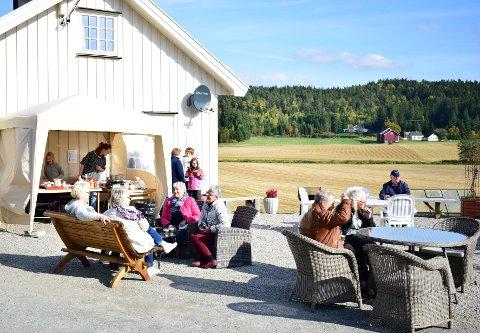 KOSTE SEG I SEPTEMBERSOL: Det var flere som brukte siste septemberdag på høstmarked i landlige omgivelser på Atelier Memo på Rokkeveien. Noen unnet seg også en kaffe og matbit ved kafèen i sola.