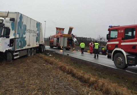 PÅ VESTEN: Trafikkulykken har skjedd på riksvei 111 ved Vesten. En person satt fastklemt i bilen etter ulykken - luftambulanse er på vei.