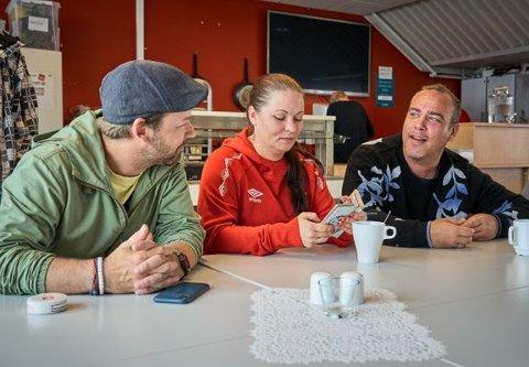Petter Nyquist (til venstre) har fulgt ekteparet Carina Hansen Kvernevik og Ole Magnus Kvernevik fra Sarpsborg, og resten av FFKs gatelag tett det siste året. I januar har dokumentarserien premiere på TV2.