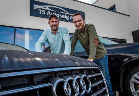 TS Autosalg regner med å selge rundt 350 bruktbiler i år. Tomas Skaar (til venstre) og Christoffer Lien drifter butikken i Dikeveien, og de omsatte for 121 millioner kroner i fjor.