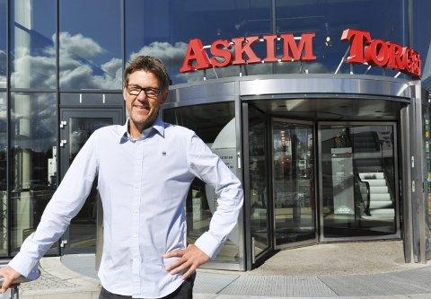 Positive tall: Senterleder Håvard Lippestad merker en liten vekst i antall sommerbesøkende på Askimtorget, sett i forhold til de samme ukene i fjor.