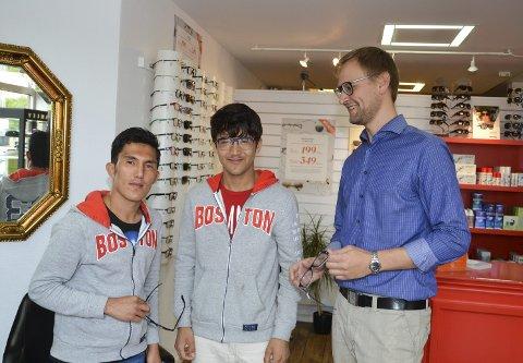 Klart behov: Ibrahim Bostani (t.v.) Faraidom Nazari og butikksjef Jan-Magnus Haugen plukker ut briller til de unge afghanerne hos Synsam i Askim.