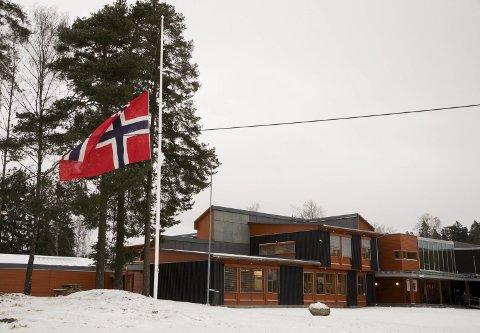 PÅ HALV STANG: Askimbyen skole flagget på halv stang onsdag. Skolen er åpen hele dagen for mennesker som vil vise sin deltakelse.