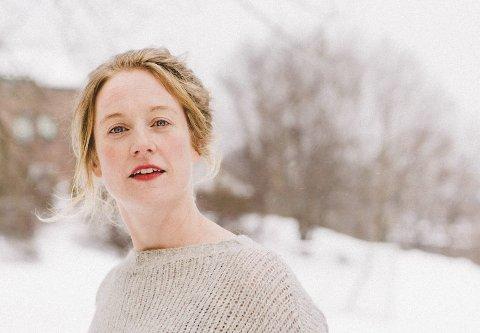 Avslutter visetrilogi: Ellen Sofie Hovland fra Mysen er klar med sin tredje plate, «Og solen renner over». – Målet var at de tre platene skulle fremstå som en trilogi, sier hun. Foto: Ole Kristian Losby