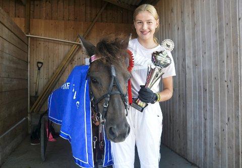 VANT: Hermine Garseg (14) fra Skiptvet kunne smile godt søndag fordi hun og ponnien hennes Ljungens Comet vant et løp under ponnilandsleiren på Momarken.
