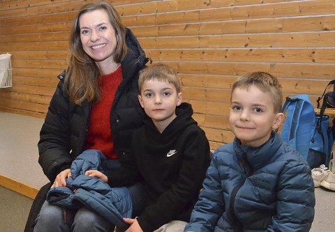 SE PÅ PAPPA: – Vi er her for å se på pappa, sier brødrene Odin og Aksel Hamnebukt sammen med sin smilende mamma Maria Lykkeslet.