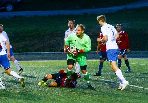 FÅR SKRYT: Målvakt Martin Løken storspilte og bidro sterkt til at Spydeberg slo Råde II 4-0. Nå topper Spydeberg 5. divisjon med ni poeng på de tre første kampene.